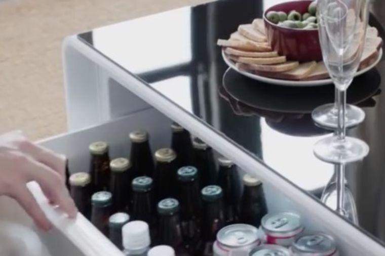 Najpraktičniji nameštaj za dnevnu sobu: Genijalni stočić samo što ne poslužuje sam! (VIDEO)
