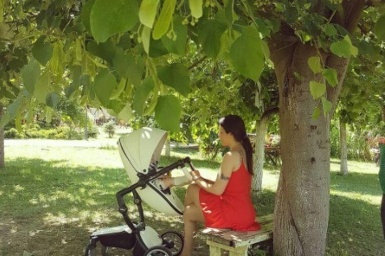 Seka Aleksić u papučama i bez šminke: Crvena haljinica za šetnju sa sinom! (FOTO)