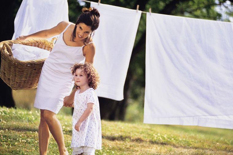 Da bela odeća bude kao tek kupljena: Ovako se skidaju modre, sive i fleke od dezodoransa!