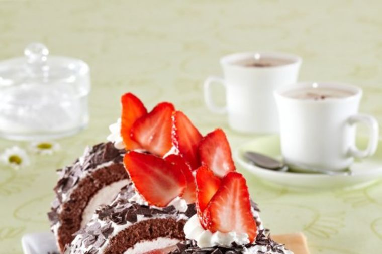 Čokoladni rolat sa jagodama: Savršena hladna poslastica! (RECEPT)
