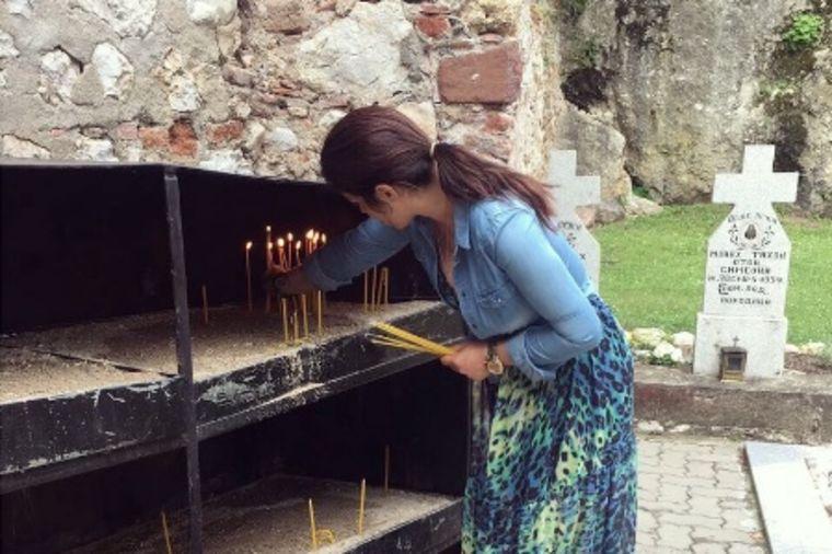 Seka Aleksić u poseti manastiru Vitovnica: Odvela sina Jakova na grob oca Tadeja (FOTO)