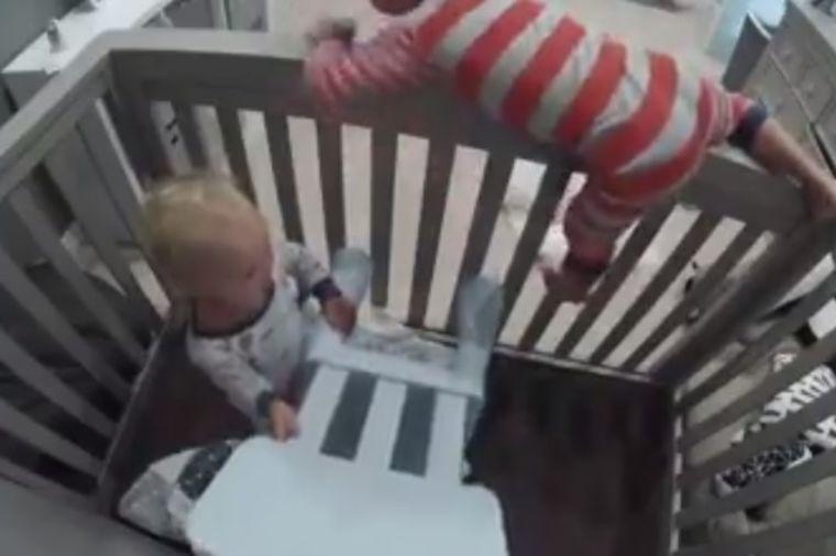 Ostale su same u sobi: Šta su dve bebe uradile gledalo je 70 miliona ljudi u neverici! (VIDEO)