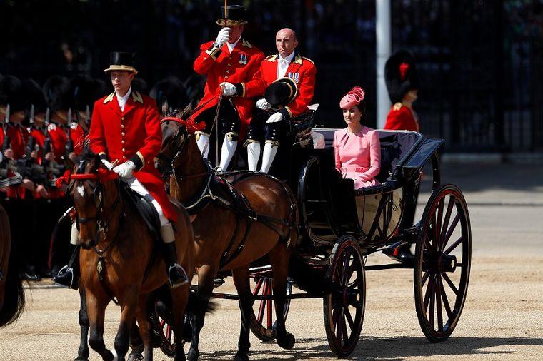 Zašto je danas cela Britanija gledala u Kejt Midlton: Roze je definitivno njena boja! (FOTO)
