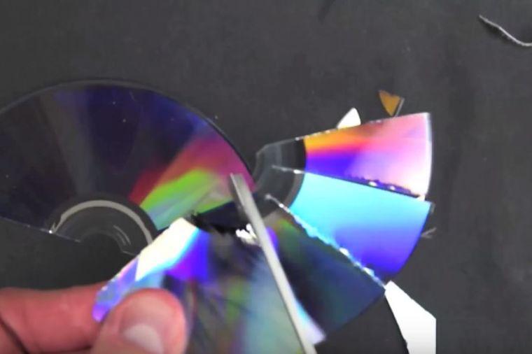 Stare diskove isekao na sitne delove: Krajnji rezultat oduševio sve! (VIDEO)