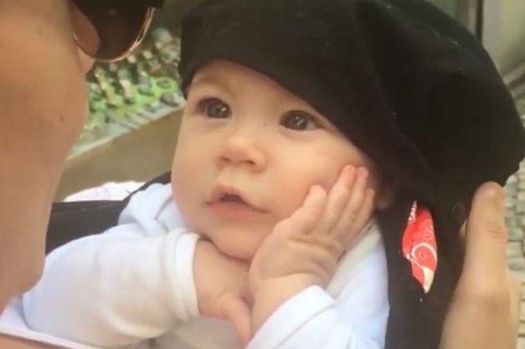 Mama pevala bebi: Njena reakcija je nešto najslađe što ćete videti danas! (VIDEO)