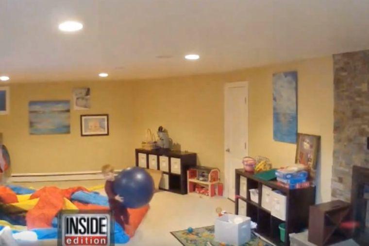 Ostavili decu sa dadiljom: Snimak otkrio najgoru noćnu moru svakog roditelja! (VIDEO)