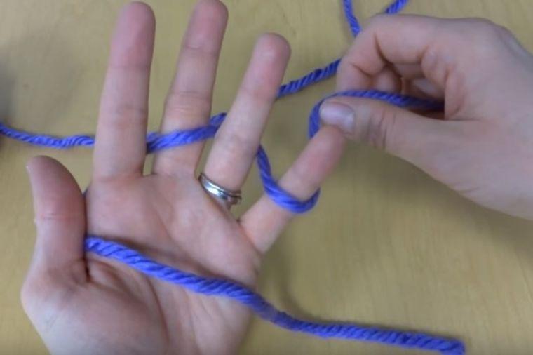 Počela je da mota vunicu oko prstiju: Zbog krajnjeg rezultata poželećete da uradite isto! (VIDEO)