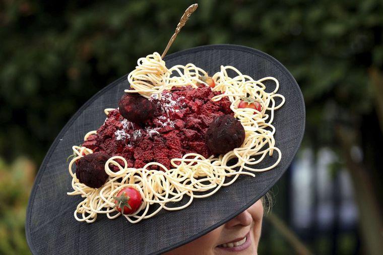 Svake godine sve su luđi: Najotkačeniji šeširi na Rojal Askot konjičkim trkama!