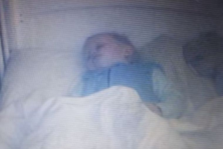 Gledali sina preko kamere dok spava: Zaprepastili se onim što je u krevecu! (VIDEO)