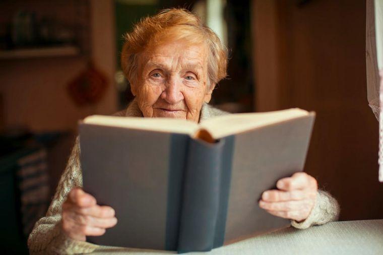 Mladić ismevao baku dok je čitala Bibliju: Njenu reakciju zapamtiće dok je živ!