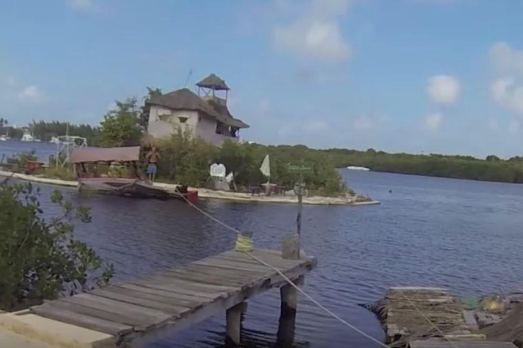 Svojim rukama napravio raj: Plutajuće ostrvo potpuno oduševi svakoga ko kroči tamo! (VIDEO)
