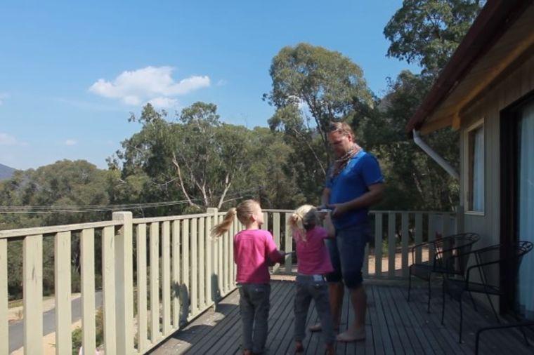 Tata izašao na terasu sa ćerkicama: Priredio im trenutak za pamćenje! (VIDEO)