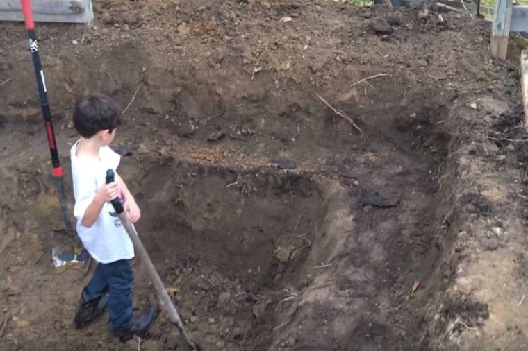 Tata i sin sređivali dvorište: Komšije im čestitale zbog ovog što su napravili! (VIDEO)
