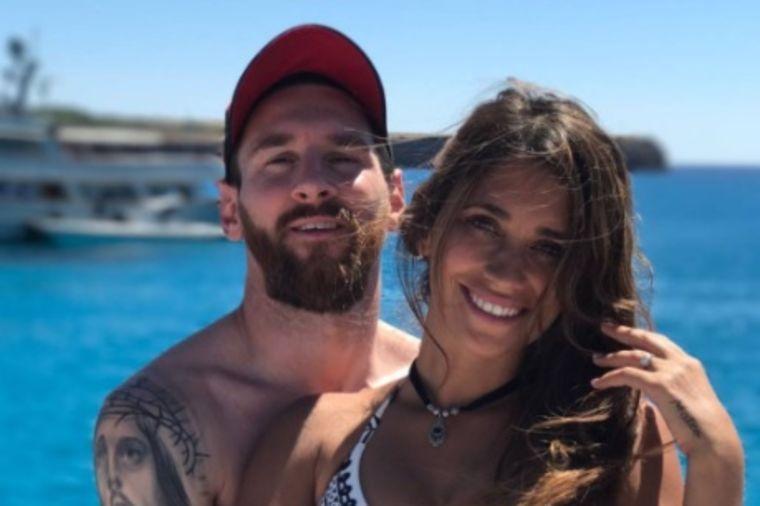 Najzgodniji par na medenom mesecu: Na plaži svi gledaju u njih dvoje! (FOTO)