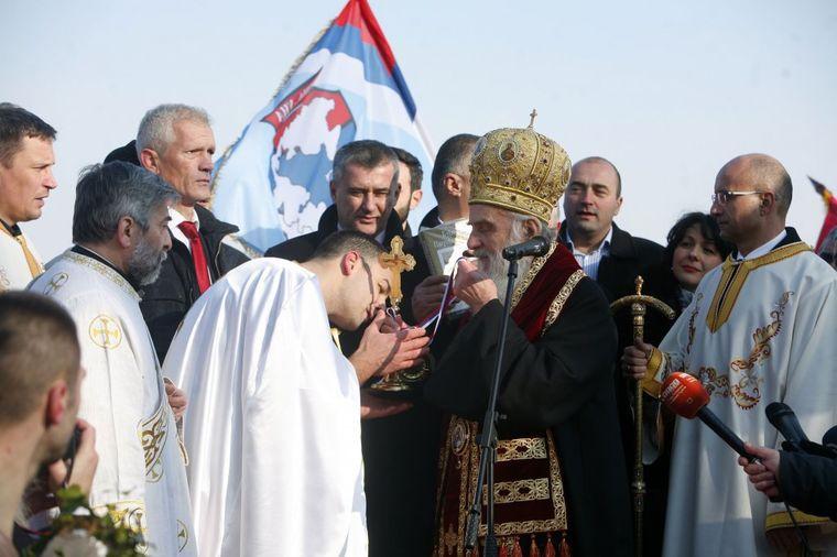 Zašto se sveštenicima ljubi ruka: Tradicija koju ne znaju svi!