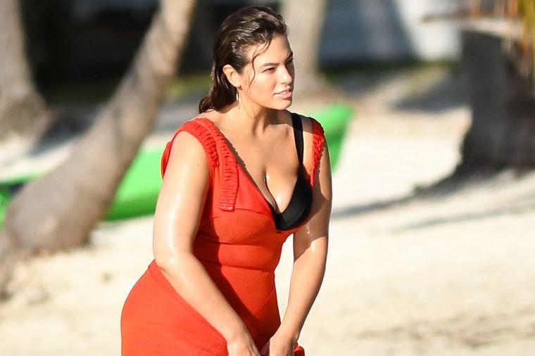 Spas za žene sa velikim grudima: Izvanredan trik sa kupaćim kostimom! (VIDEO)