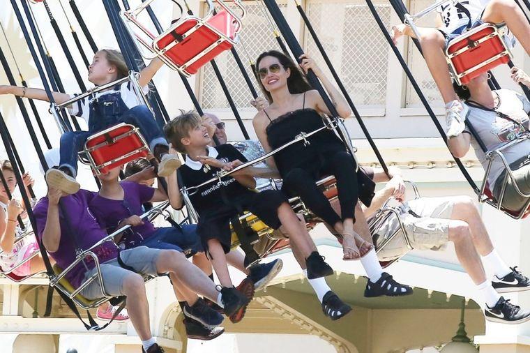 Glasine o njenom izgledu nisu tačne: Glumica uživa sa svojom decom u zabavnom parku (FOTO)