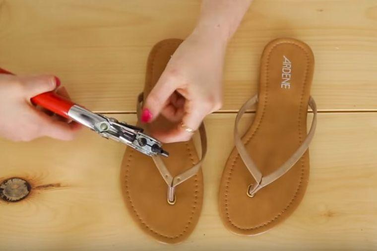 Probušila rupe na običnim japankama: Za 5 minuta napravila fantastične sandale! (VIDEO)