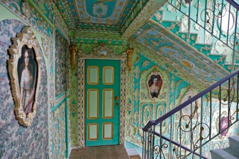 Dva penzionera svoje male stanove preuredili u stilu Versajske palate!