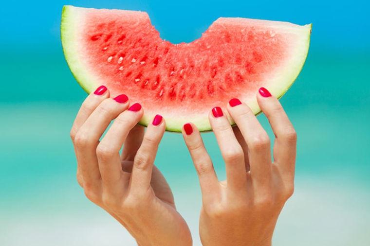 Specijalni sekač za lubenice: Iseckajte lubenicu bez mučenja i prljanja odeće! (VIDEO)