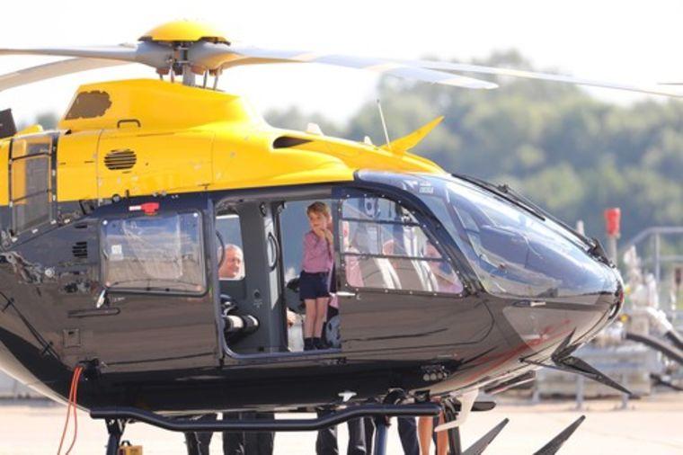 Ne može da sakrije uzbuđenje: Princ Džordž poludeo za helikopterima (FOTO)