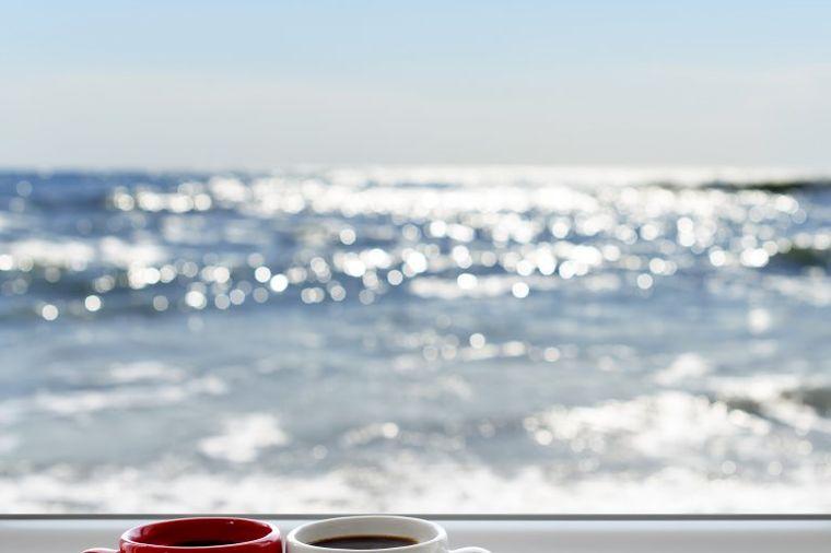 Horoskop razotkriva tri najveće uživalice u kafi: Ni na plažu bez omiljenog napitka!