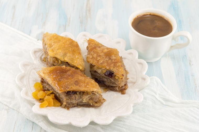 Starinski recept vlaških domaćica: Najukusnija slatka pita od suvog grožđa i šljiva!