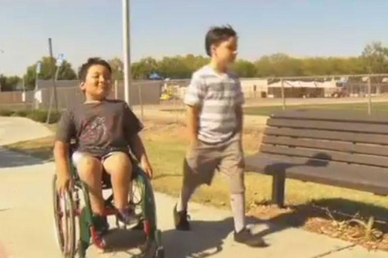 Deca izbegavala dečaka u kolicima: O postupku njegovog jedinog druga bruji ceo internet! (VIDEO)
