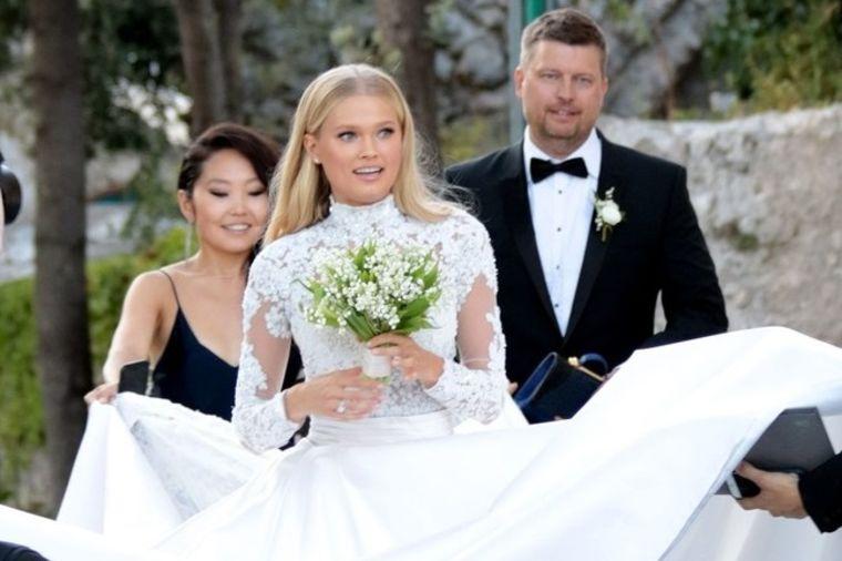 Modna magija: O njenoj venčanici će se pričati godinama! (FOTO)