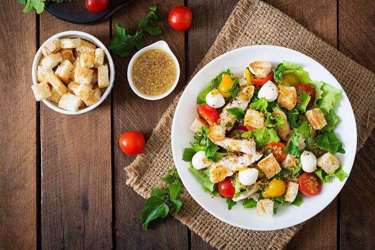 Najbolja cezar salata: Lagani letnji obrok koji će vas zasititi! (FOTO)