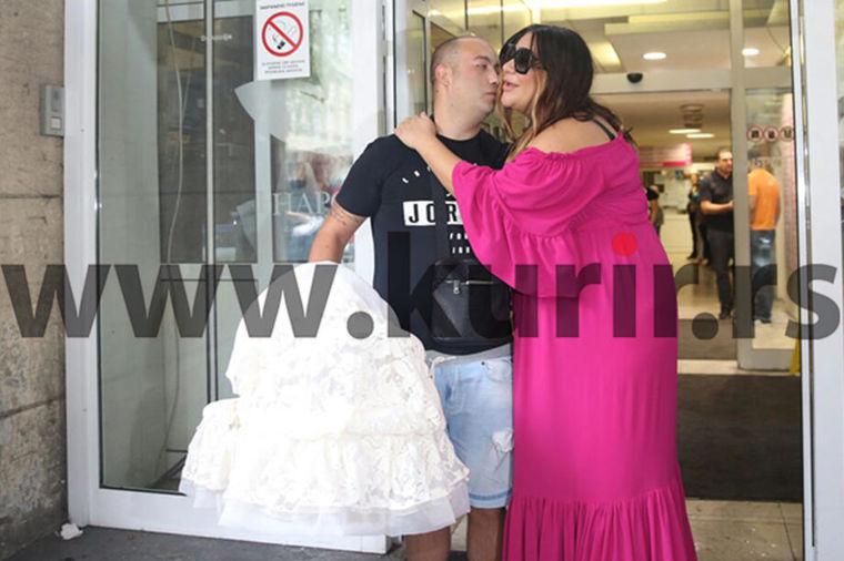 Ana Nikolić sa bebom izašla iz porodilišta: Ovako su je dočekali suprug i majka (FOTO)