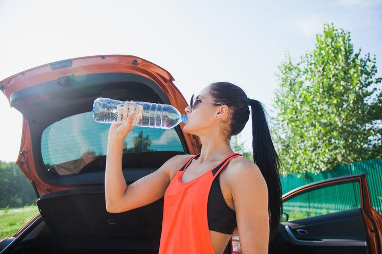 Nikada ne ostavljajte flašu s vodom u autu: Posledice mogu biti fatalne! (VIDEO)