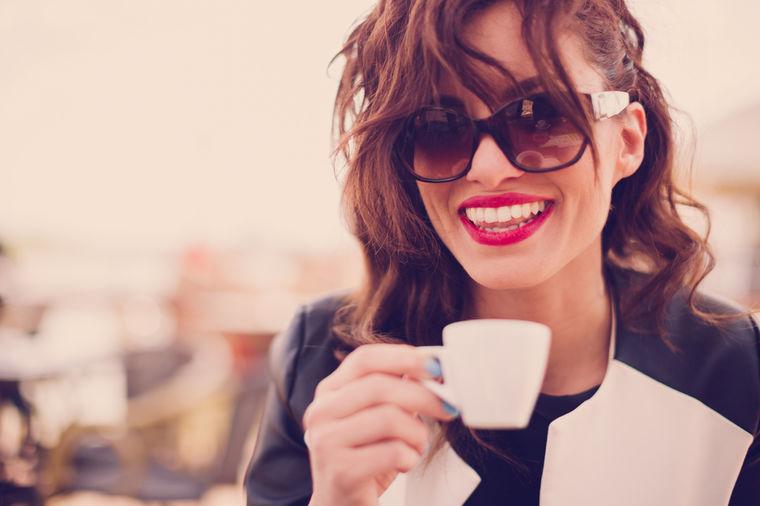 Devojka pije kafu, foto: Shutterstock