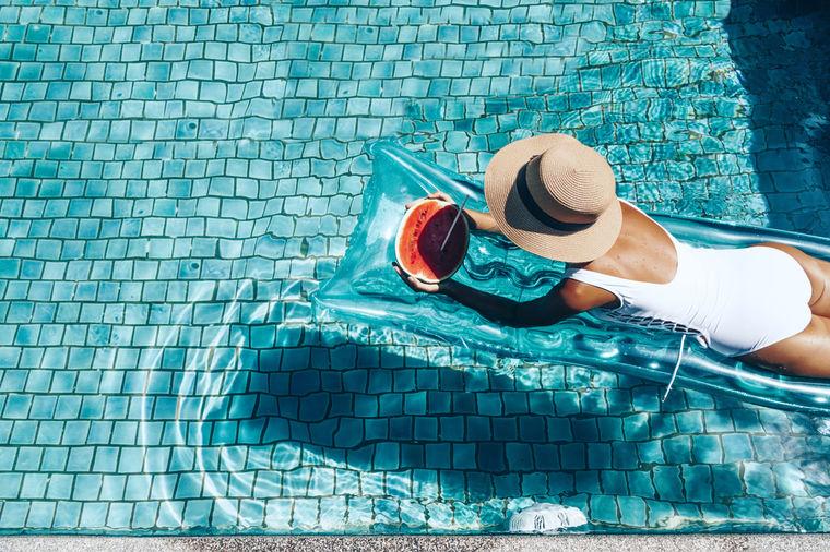 Devojka na bazenu, foto: Shutterstock