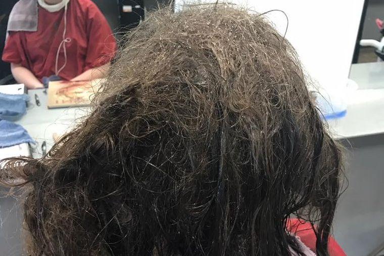 Depresivna devojka sa umršenom kosom