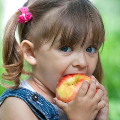 Hirurg sa Kliničkog joj otkrio tajnu: Ovako sam ubedila ćerku (2) da jede voće, sad sama traži još!