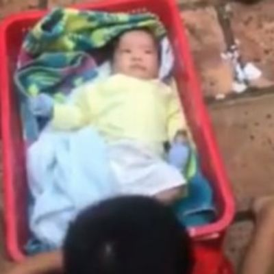 Majka napustila bebu i njegovog brata: O postupku dečaka bruji ceo svet! (VIDEO)