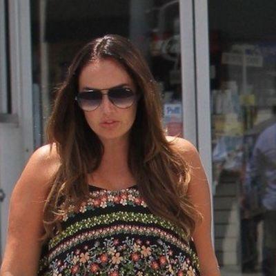 Haljina u kojoj i mršavice izgledaju krupno: Bogata naslednica napravila modnu grešku! (FOTO)