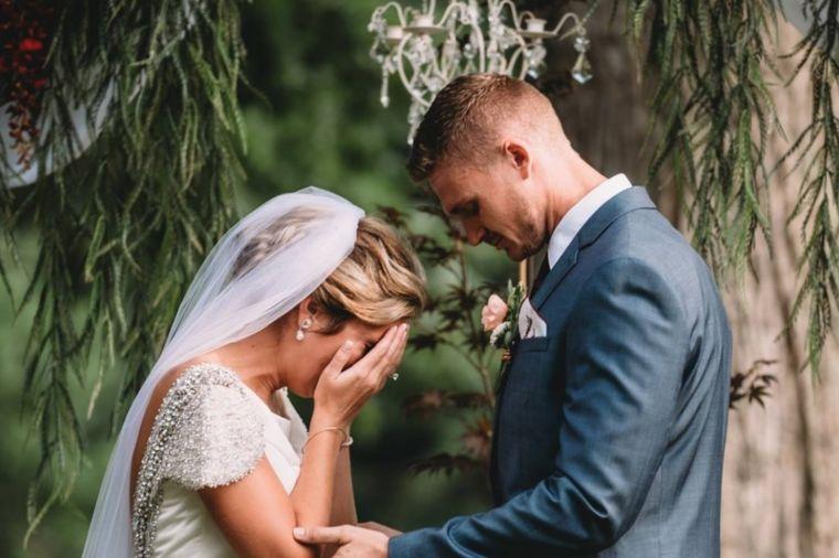 Imala je savršenu svadbu: Mlada zaplakala kada je čula ko će je venčati! (FOTO)
