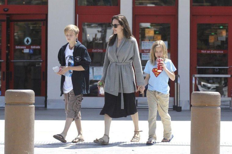 Sve više liči na dečaka: Ćerka Breda i Anđeline započinje promenu pola! (FOTO)