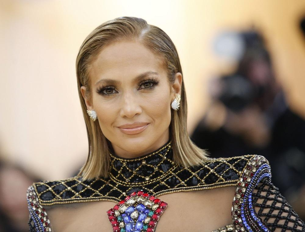 A New Hairstyle And Bare Foot Jennifer Lopez Does Not Stop To Enjoy