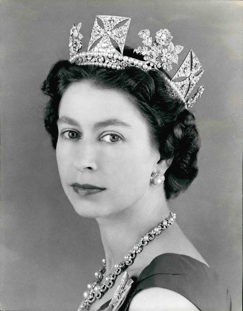 ŽENA STENA: Životna priča kraljice Elizabete II! Svet se menja, ratovi počinju i prestaju, ali ona ostaje na tronu!