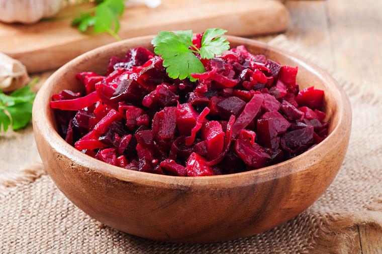 5 recepata za salatu od cvekle: Jača telo, čisti krvne sudove, deluje kao  laksativ, zateže kožu lica, ali samo ako se ovako koristi! (RECEPT)
