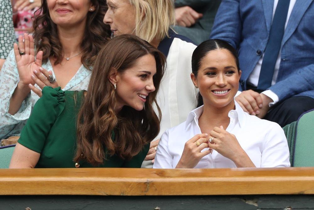 Jetrvice kao sestrice: Pogledajte kako su se zabavljale Kejt i Megan na Vimbldonu! (FOTO)