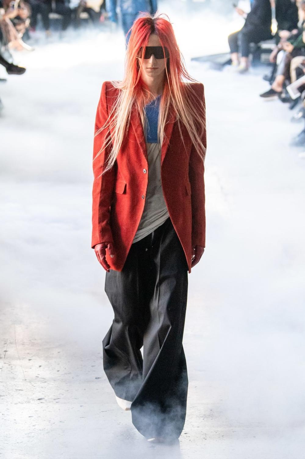 <p>Svi manekeni nose dugačke kose!</p>
