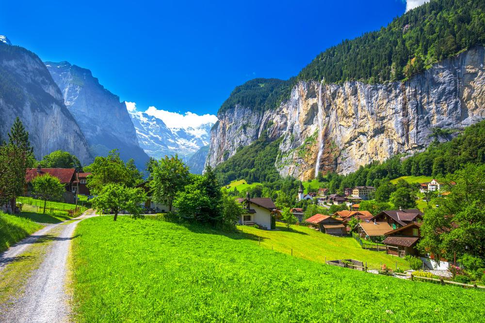 Švajcarsko selo bujne i nestvarne prirode: Mesto 72 vodopada je pravi raj na zemlji!