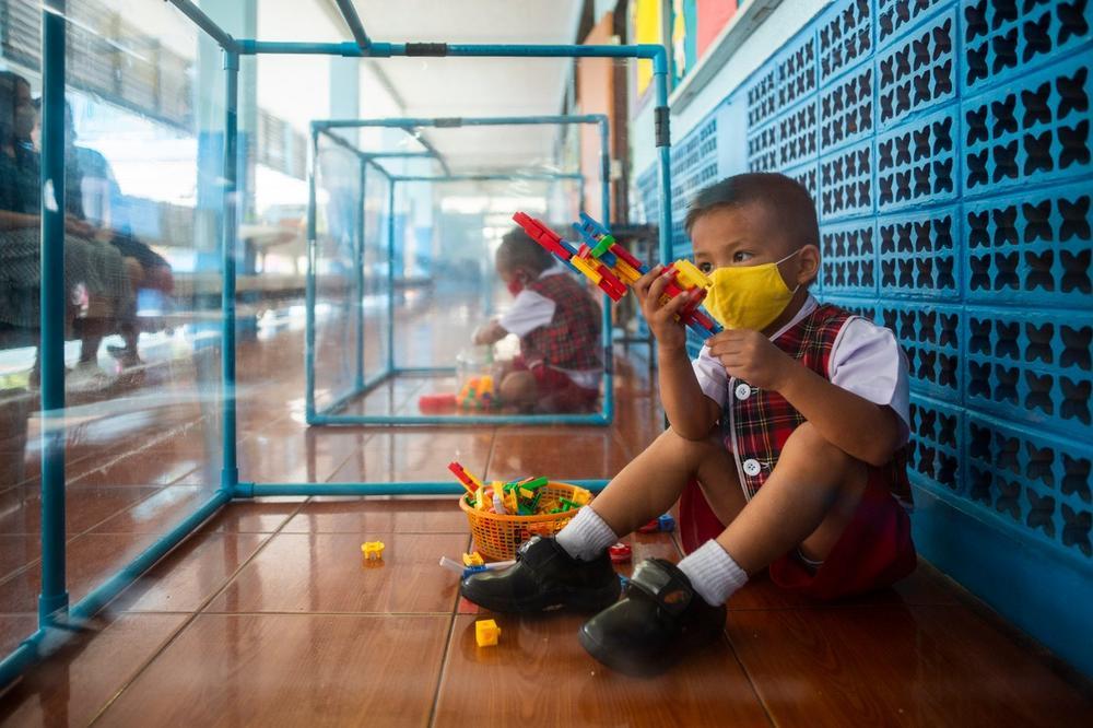 Фотографије ужаса: Школа на Тајланду почела да ради: Деца у стакленим боксовима, спавају у кутијама...