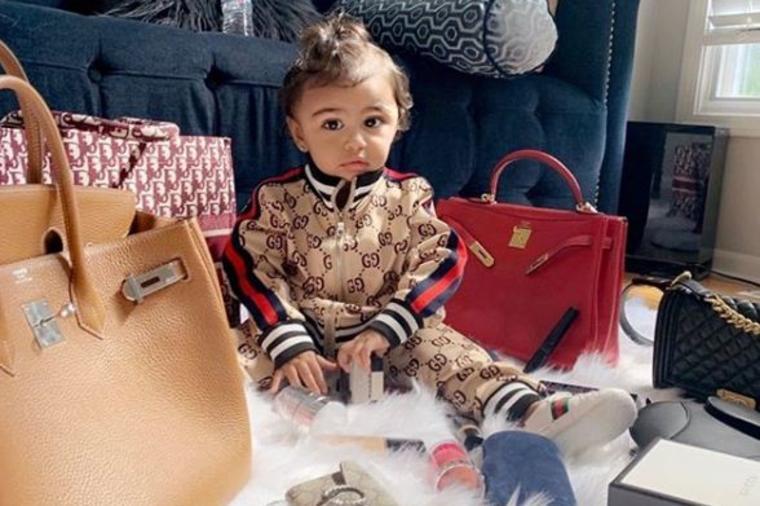 Ima samo dve godine, a majka je oblači u brendiranu garderobu: Okupana  luksuzom od rođenja! (FOTO)