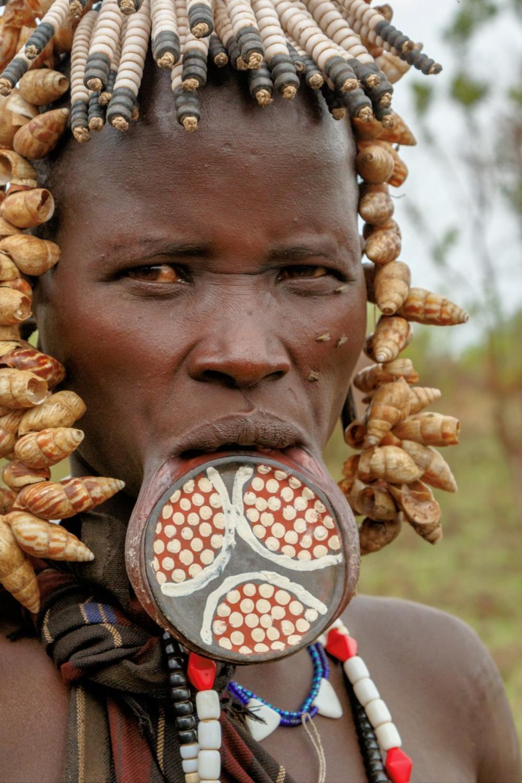 Žene sa pločama u ustima: Nakon smrti supruga, predaju ih sledećem slobodnom muškarcu! (FOTO)