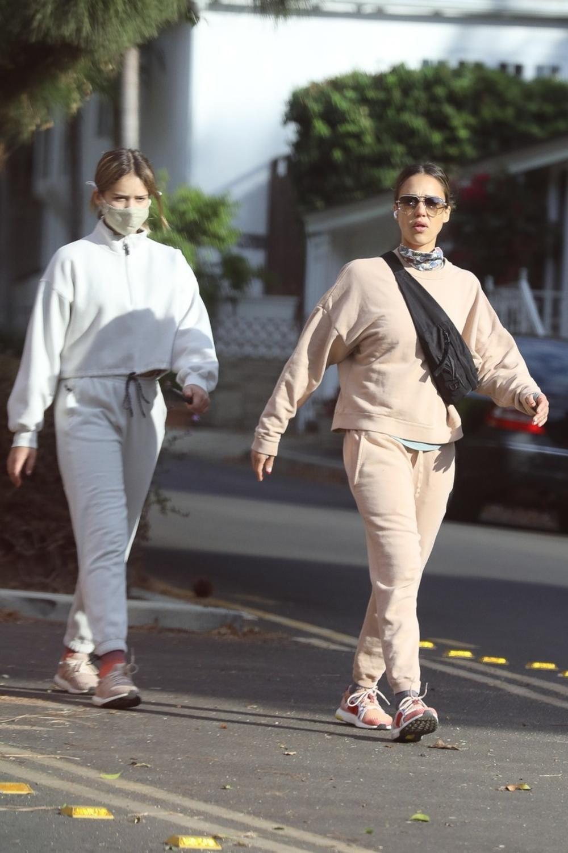 Džesika Alba ima dvojnicu: Izgledaju isto, oblače se isto, ponašaju se isto i ne razdvajaju se! (FOTO)